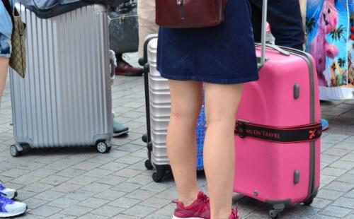 旅行に行く女性とバッグ