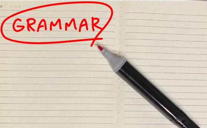 grammarという文字とペン
